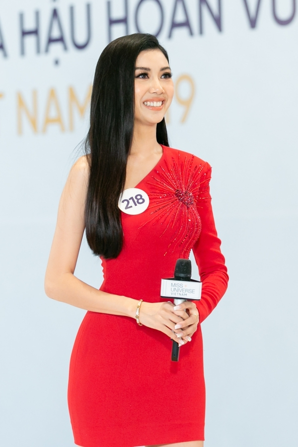 Ở vòng phỏng vấn kín, Thuý Vân tiếp tục bị vặn hỏi về thái độ xuất hiện như một nghệ sĩ nổi tiếng dù đang đi thị.
