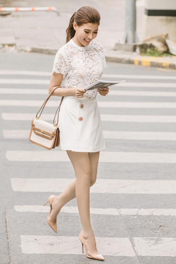 Thúy Diễm xây dựng hình ảnh quý cô văn phòng chuẩn mực với áo ren phối chân váy ngắn.