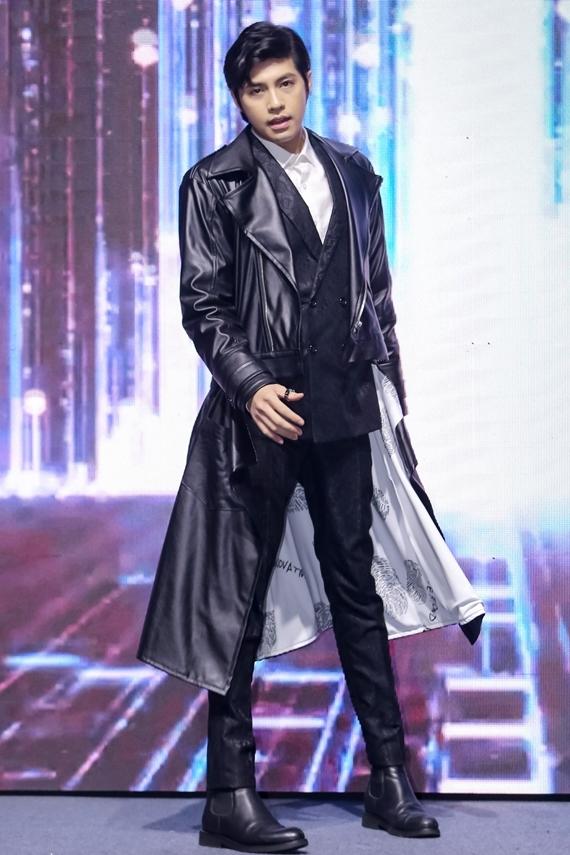 Noo Phước Thịnh thay trang phục khác, trình diễn sôi động trên sân khấu.
