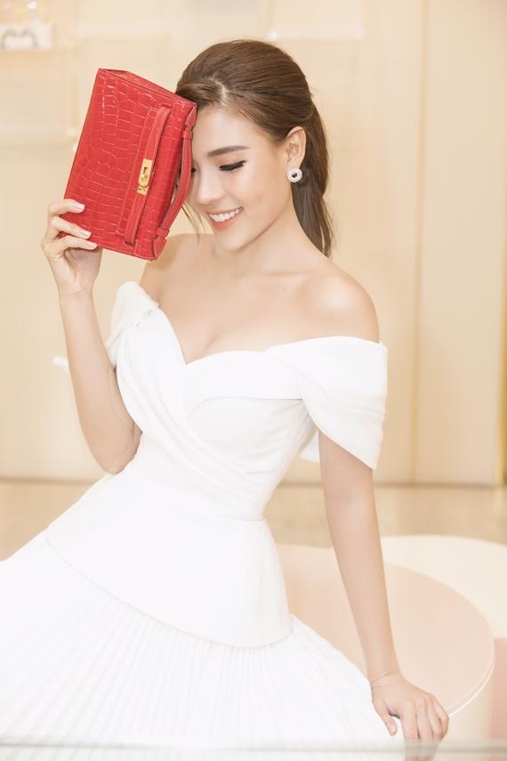 Bà xã Lương Thế Thành khoe vòng một gợi cảm trong thiết kế hở vai, xẻ ngực.