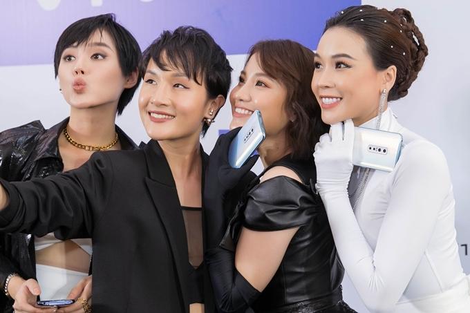 Từ trái sang: Khánh Linh The Face, blogger Giang ơi, Emma Nhất Khanh, Sam chụp ảnh cùng nhau.