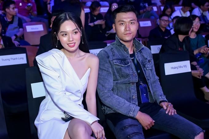 Á quân The Face 2018 Trâm Anh (trái) diện thiết kế lệch vai, hội ngộ diễn viên Xuân Phúc.