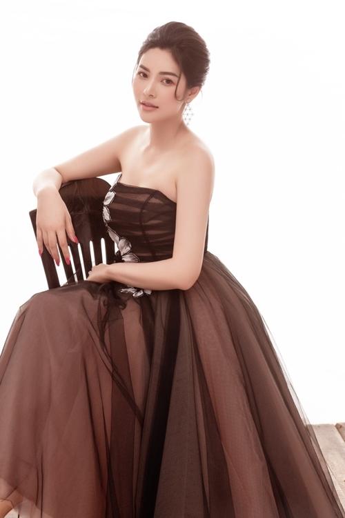 Người đẹp tôn nhan sắc với đầm cúp ngực đơn sắc.