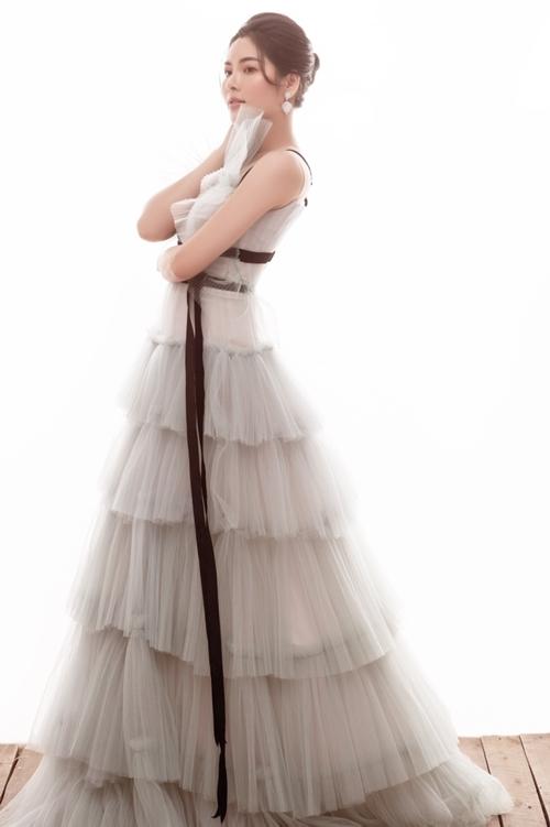 Á hậu Hoàng Dung lăng xê trang phục bèo nhún - 5