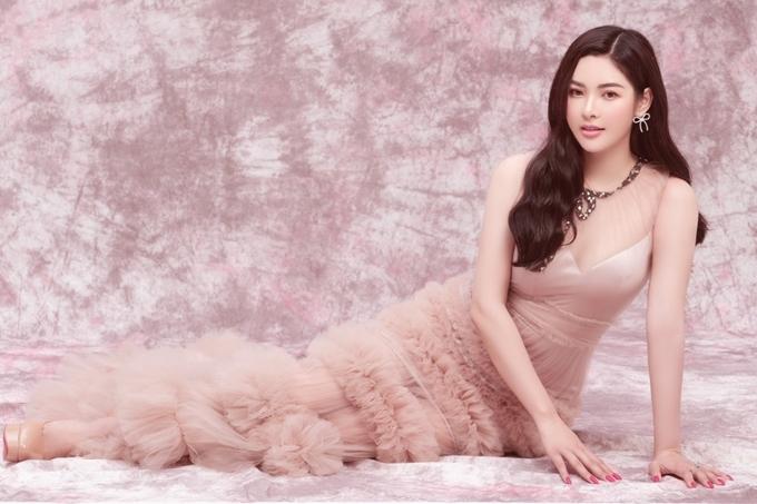 Á hậu Hoàng Dung chọn trang phục nữ tính với chất liệu voan xuyên thấu, những đường cắt cúp tinh tế.