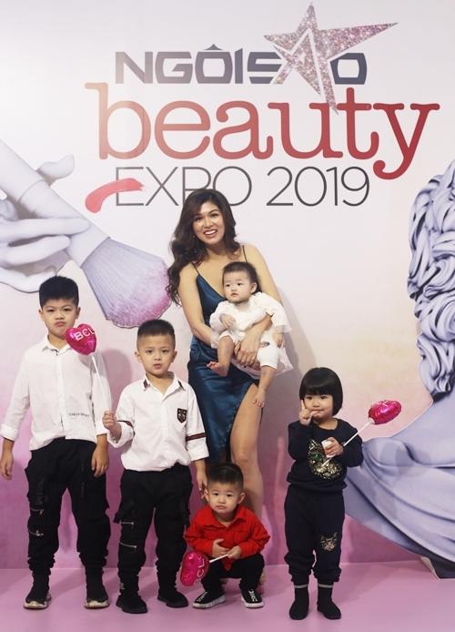 Oanh Yến là một trong những nghệ sĩ đầu tiên đến dự Triển lãm Ngoisao Beauty Expo 2019 do Ngoisao.net tổ chức. Cô thu hút sự chú ý của khách mời khi dẫn theo 5 con nhỏ. Hiện cô mang thai con thứ sáu.
