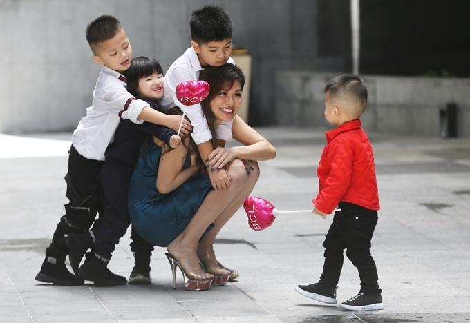 Các bé vui đùa, xếp hàng ôm chầm mẹ. Oanh Yến cho biết niềm vui mỗi ngày của cô là chơi cùng con.