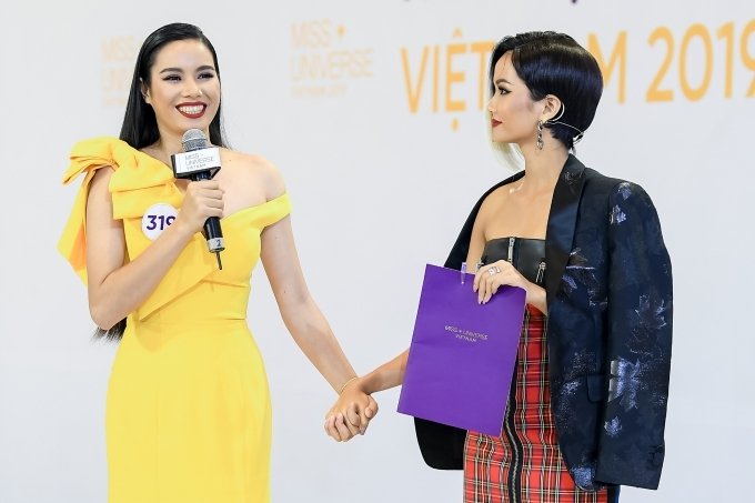 HLuăi Hwing được HHen Niê nắm tay động viên trước phần trò chuyện cùng ban giám khảo.