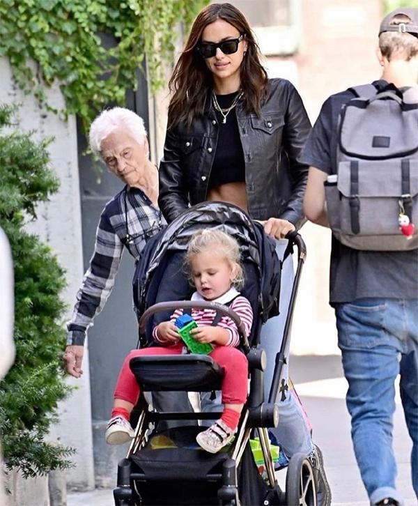 Siêu mẫu Nga luôn xuất hiện riêng rẽ, tránh đi cùng Bradley từ khi chia tay vào tháng 6 dù tài tử vẫn thường xuyên đến nhà cô đón bé Lea.