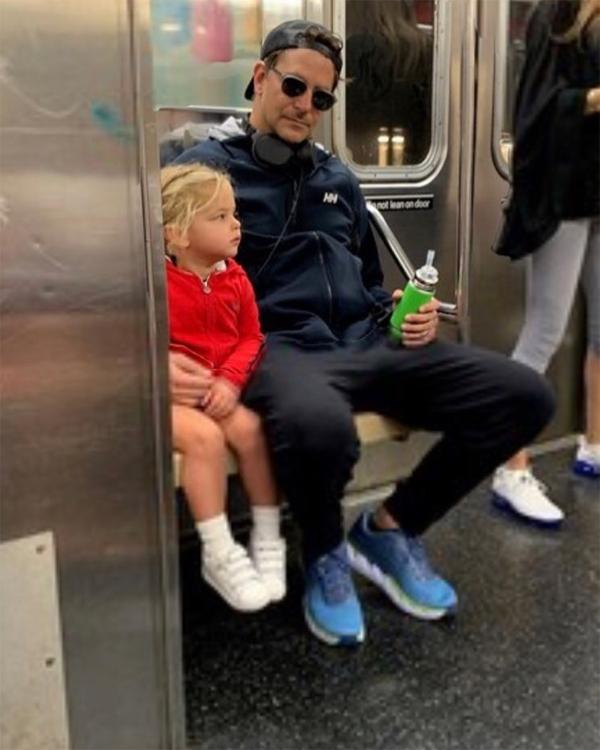 Ông bố 44 tuổi và công chúa nhỏ ngồi tàu điện ngầm đi chơi hôm 26/9.