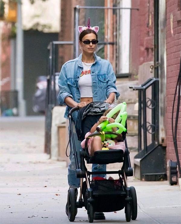 Irina Shayk cũng chăm chỉ dạo phố với con gái. Hai mẹ con đi mua sắm cùng nhau và chơi công viên.