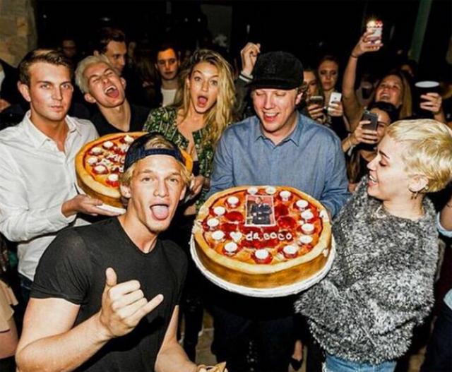 Miley tham dự bữa tiệc sinh nhật Cody năm 2015. Thời điểm đó, anh chàng này đang hẹn hò siêu mẫu Gigi Hadid (đứng giữa).
