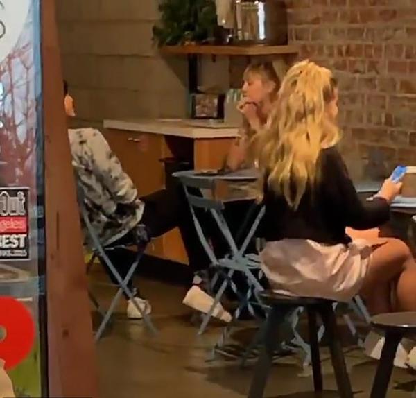 Cặp đôi dùng bữa trưa thân mật tại nhà hàng đồ ăn healthy này. Miley có bồ mới chỉ sau 2 tuần cô chia tay nữ blogger Kaitlyn Carter và sau 2 tháng ly hôn tài tử Liam Hemsworth.