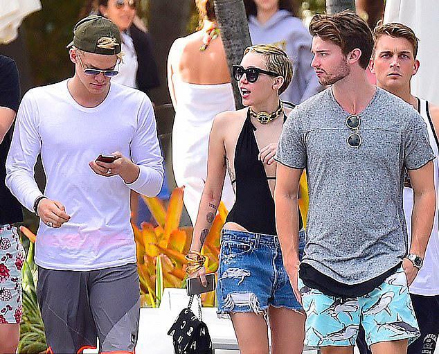 Cody (bên trái) đi chơi với Miley và bạn trai hồi đó của cô là nam diễn viên Patrick Schwarzenegger. Bức ảnh chụp vào cuối năm 2014.