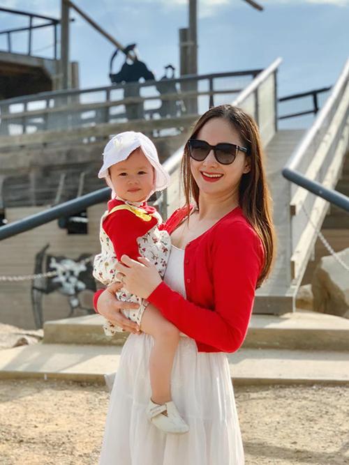 Diễn viên Lan Phương nhắn nhủ con gái: Đừng bao giờ quên mẹ yêu con vô tận. Cuộc đời sẽ luôn đầy khó khăn và hạnh phúc. Hãy học từ mọi điều con trải qua. Và trở thành người phụ nữ mẹ biết con có thể
