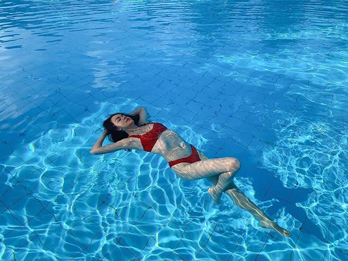 Ca sĩ Phạm Quỳnh Anh khoe dáng với bikini khi thả mình trong bể bơi.