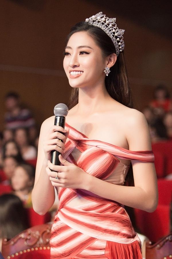 Tại sự kiện, người đẹp 19 tuổi dành thời gian chia sẻ những kinh nghiệm và bí quyết tại Hoa hậu Thế giới Việt Nam đến caua3