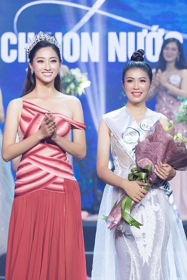 Thuỳ Linh lên sân khấu trao giải cho một thí sinh.