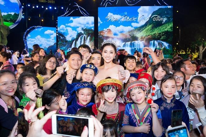 Người đẹp được khán giả vây quanh chụp ảnh kỷ niêm.