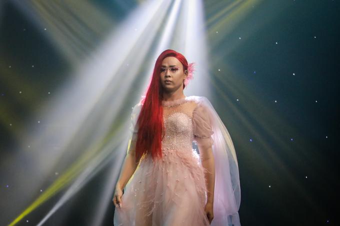 Make-up artirst Lý Kim Phát lấy cảm hứng từ câu chuyện nàng tiên cá tóc đỏ thoát khỏi đại dương, trang điểm nhấn ngọc trai ở đôi mắt.