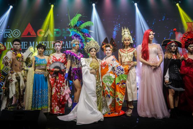 Màn trình diễn của các Make-up artirst, Drag Queen diễn ra trong khuôn khổ workshop Bộ kỹ năng bỏ túi dành cho giảng viên trang điểm của chuyên gia trang điểm Thanh Phan - cố vấn nội dung Ngoisao Beauty Expo.