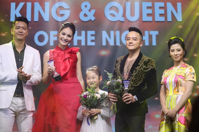 Nhà báo Nguyễn Mai Liên (phải), siêu mẫu Hồ Đức Vĩnh (góc trái) trao giải King of the night cho ca sĩ Cao Thái Sơn và Queen of the night là Hoa hậu Hương Giang.