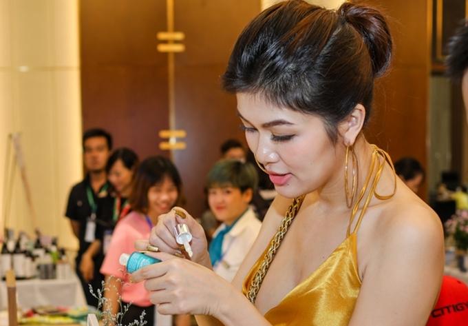 Oanh Yến cho biết chú trọng làm đẹp, chăm sóc da và chuộng những sản phẩm chiết xuất thiên nhiên.