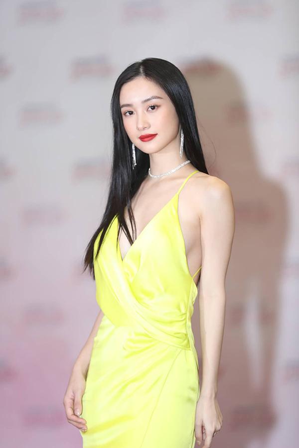 Phong cách trang điểm cổ điển, nhấn vào đôi môi đỏ và mái tóc đen dài giúp tôn lên vẻ thanh tân trên gương mặt nữ diễn viên sinh năm 1995.