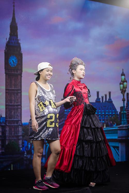Người mẫu Trịnh Hiếu nhập vai thành quý cô đến nước Anh từ dáng đi, điệu bộ cho đến lối trang điểm.