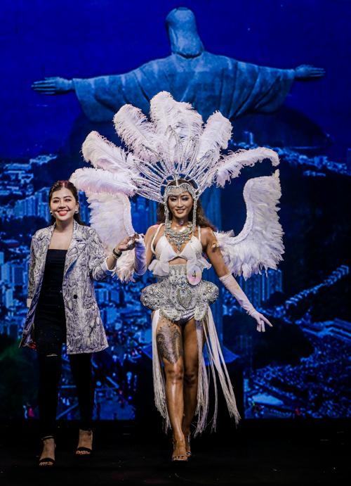 Qua bàn tay của thí sinh Nguyễn Ngọc Tuyết Trâm, người mẫu Lê Thiên Bình hóa thân cô gái vũ hội carnival nóng bỏng - hình ảnh đặc trưng của vùng đất Brazil.