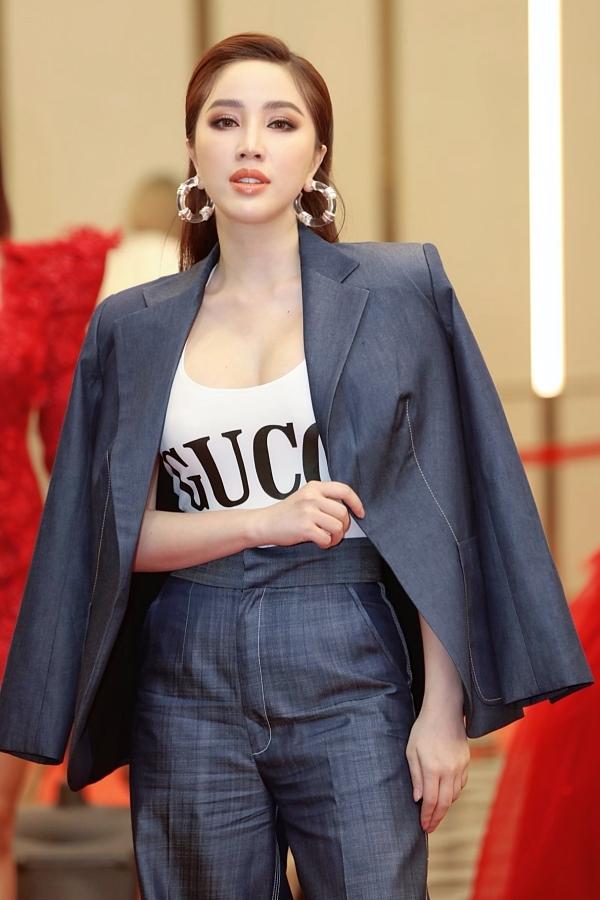 Ca sĩ Bảo Thy xuất hiện với phong cách cá tính. Giọng ca Ngôi nhà hoa hồng khoác vest hờ bên ngoài áo phông hàng hiệu. Cô kết hợp trang phục với khuyên tai to bản để tôn lên vẻ cá tính.