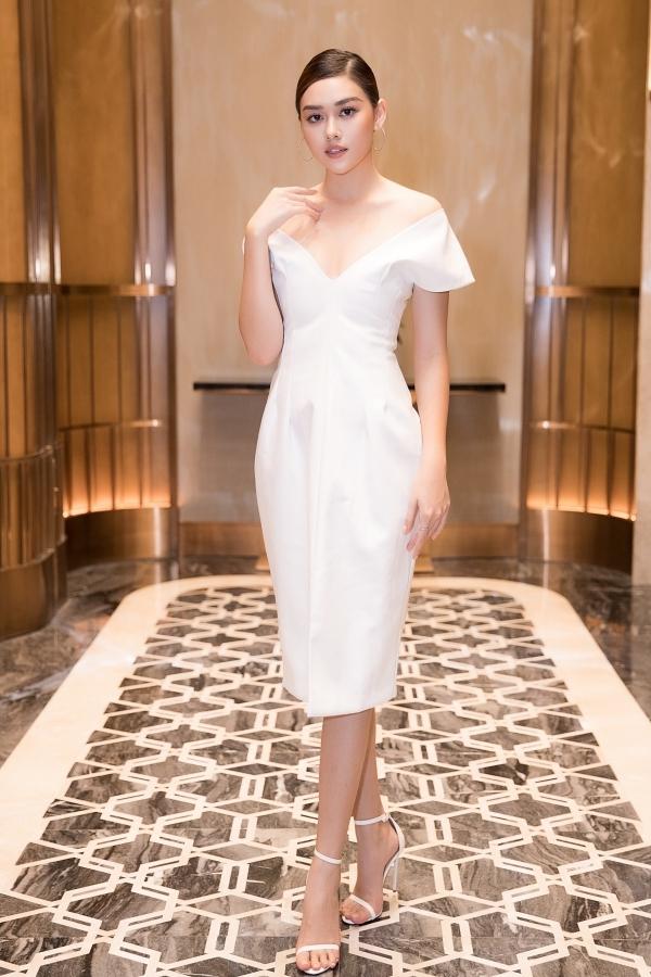 Á hậu 2 Hoa hậu Thế giới Việt Nam 2019 Tường San khoe vòng một với váy trễ vai.