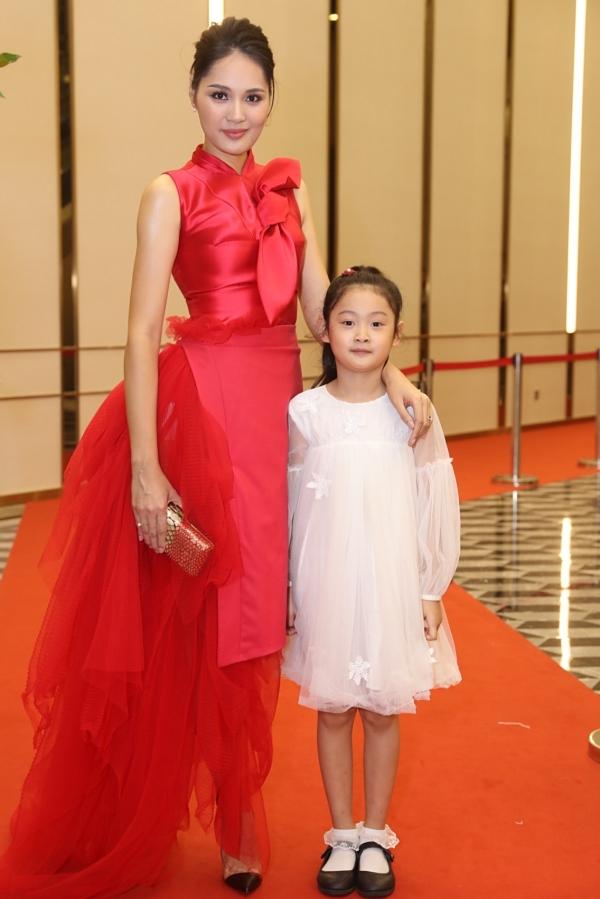 Hoa hậu Hương Giang dắt theo con gái lớn, bé Tiểu Panda, đi thảm đỏ.