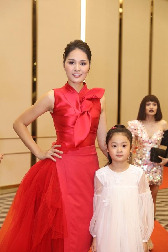 Hoa hậu Hương Giang được con gái Panda tháp tùng tới sự kiện của Ngoisao.net tối 6/10 tại TP HCM.