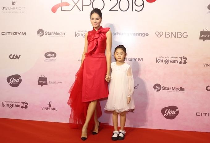 Cô diện đầm đỏ phối lướicủa NTK Phương My, trang điểm và make-up bởi nhà tạo mẫu Phước Lợi.