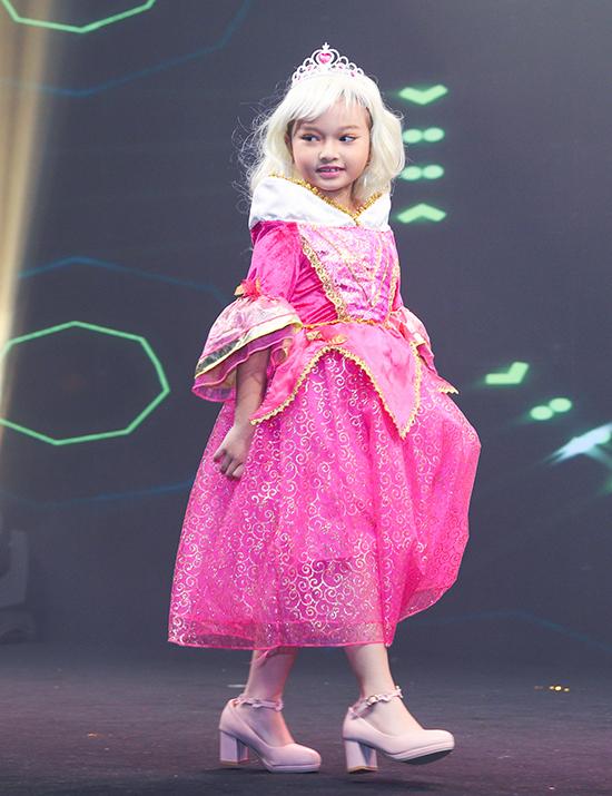 Các bé hoá thân thành những nhân vật hoạt hình nổi tiếng của hãng Disney để trình diễn thời trang riển lãm làm đẹp Ngoisao Beauty Expo 2019.