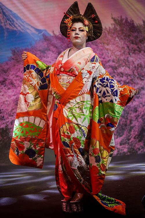 Make-up artirst Hiền Phạm chọn trang phục cô dâu truyền thống nhật bản, với lối bới tóc cầu kỳ, gương mặt trang điểm phá cách. Lễ phục cưới kimono nặng tới 10kg.