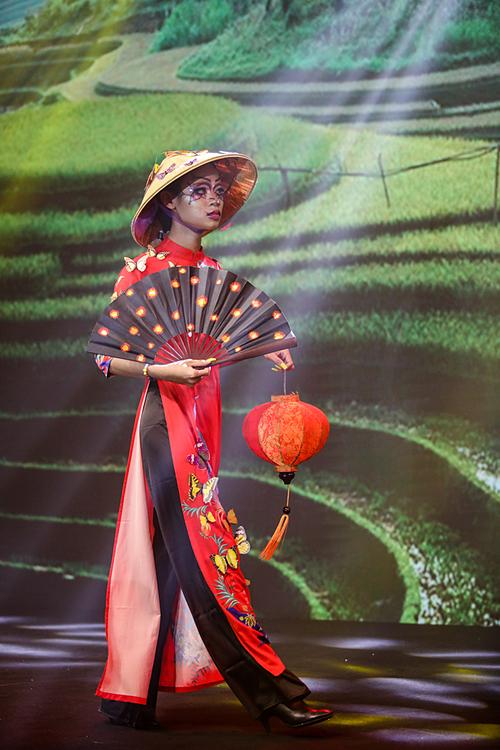 Make-up artirst Aris Nguyễn chọn chủ đề về sắc đẹp cổ Việt Nam, lấy cảm hứng từ áo dài và chiếc nón lá. Nghệ sĩ còn thêm vài chi tiết và phong cách trang điểm DragQueen để tạo điểm nhấn cho trang phục.
