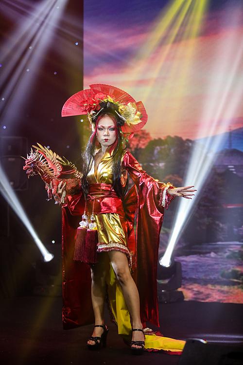 Make-up artirst Anna Như xuất hiện với bộ Geisha cách tân, mạnh mẽ nhưng vẫn giữ nét quyến rũ đặc trưng của Geisha.