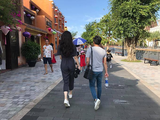 Vợ chồng Cường Đôla - Đàm Thu Trang tận hưởng kỳ nghỉ cuối tuần ở phố cổ Hội An. Nam doanh nhân không ngại đeo túi cho vợ và đùa rằng bị vợ ăn hiếp.