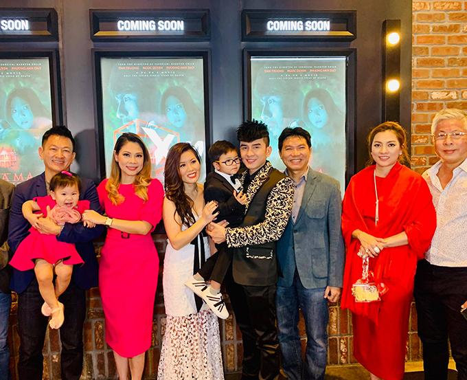 Gia đình ca sĩ Thanh Thảo đến chúc mừng Đan Trương ra mắt phim mới tại Mỹ.