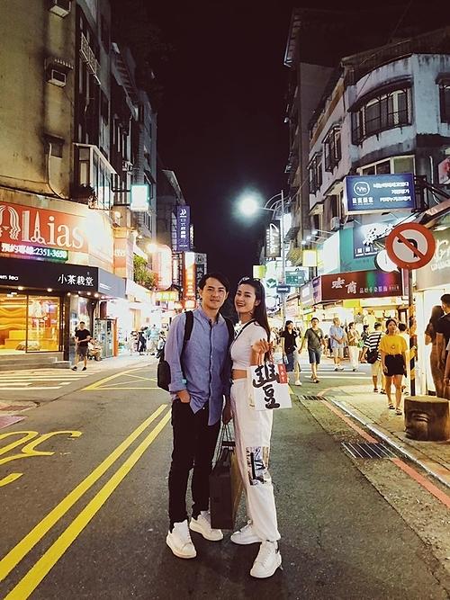 Cuối tuần mình lại xà quần bên nhau, Đông Nhi hài hước bình luận về bức ảnh bên chồng sắp cưới Ông Cao Thắng khi du lịch ở Trung Quốc.