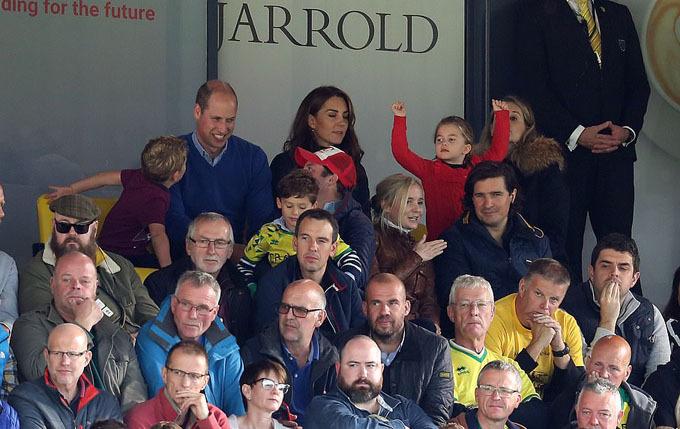 Vợ chồng William và hai con trên khán đài sân Carrow Road hôm 5/10. Ảnh: Jason Dawson.