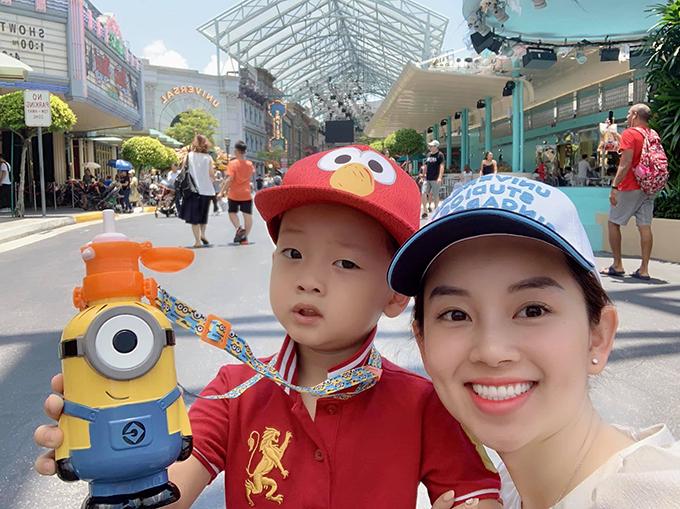 Ly Kute đưa con trai đi du lịch Singapore. Cô hứa sẽ đưa con trai đi khắp thế gian nếu ngoan.