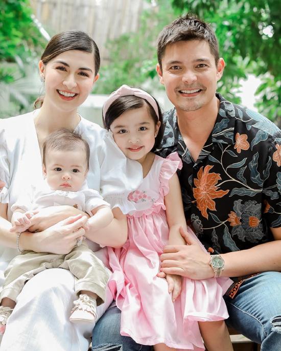 Jose Sixto IV, con trai của cặp đôi Marian Rivera và Dingdong Dantes chào đời hồi 16/4 năm nay, hiện tại em bé đã được gần 6 tháng tuổi. Trên trang cá nhân, vợ chồng ngôi sao Philippines thường xuyên chia sẻ hình ảnh của thiên thần nhỏ đáng yêu, khiến khán giả thích thú và ngưỡng mộ.