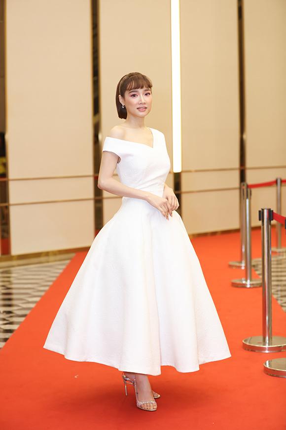 Diễn viên Nhã Phương một mình đi thảm đỏ. Từ nhiều ngày trước đó, cô đã háo hức tham dự sự kiện Ngoisao Beauty Expo 2019.