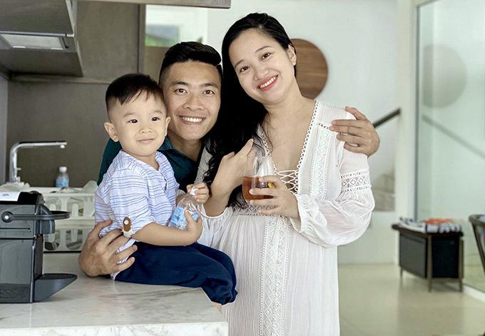 Vợ chồng Quốc Cơ - Hồng Phượng đưa con trai đi du lịch. Hoàng tử xiếc thuê phòng tại một resort hiện đại, tiện nghi.