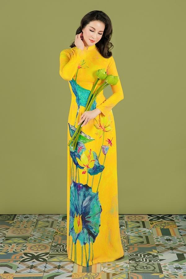 Những bông hoa trải dọc thân áo, nhấn vào vòng eo thon gọn và tạo cảm giác thân hình cao ráo.