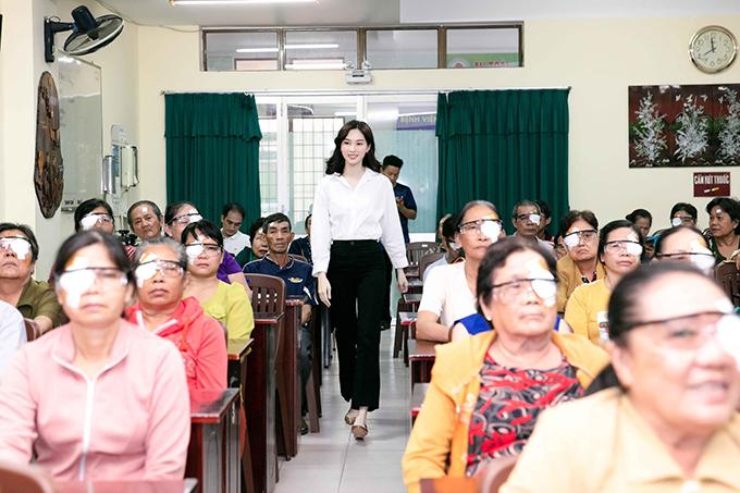 Ngày 6/10, Đặng Thu Thảo và chồng kỷ niệm hai năm ngày nên duyên vợ chồng. Hoa hậu Việt Nam 2012 cho biết vừa cùng ông xã đi làm từ thiện.