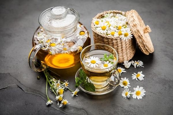 Trà hoa cúc Trà hoa cúc kích thích các tuyến dạ dày tiết ra nhiều dịch dạ dày hơn, giúp phá vỡ thức ăn triệt để, thúc đẩy quá trình trao đổi chất và năng lượng.